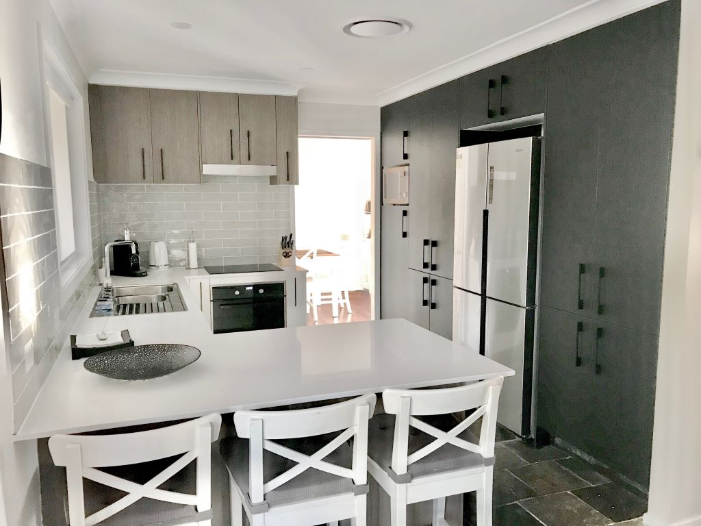 Modern Country Kitchen in White Polyurethane and Timber Look Laminate